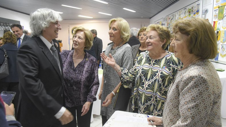 Luis Viegas firmó el libro de bienvenida a la sede rotaria y en diálogo con El Patagónico aseguró que es un orgullo haber recibido este premio.
