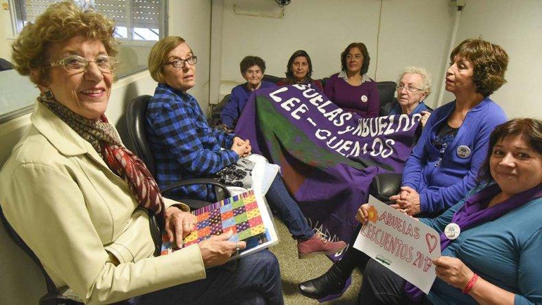 El grupo de abuelas lee cuentos de Comodoro Rivadavia.
