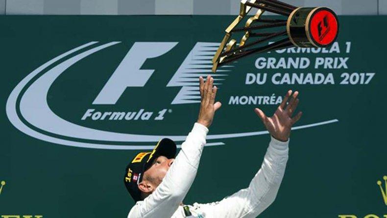 Lewis Hamilton festeja su triunfo ayer en el Gran Premio de Canadá.