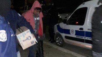 El momento en el que la Brigada detiene a Pitu Almonacid por el asalto a la casa de costuras del barrio 9 de Julio. Lo vinculan a otros asaltos. Está detenido en la Seccional Segunda.