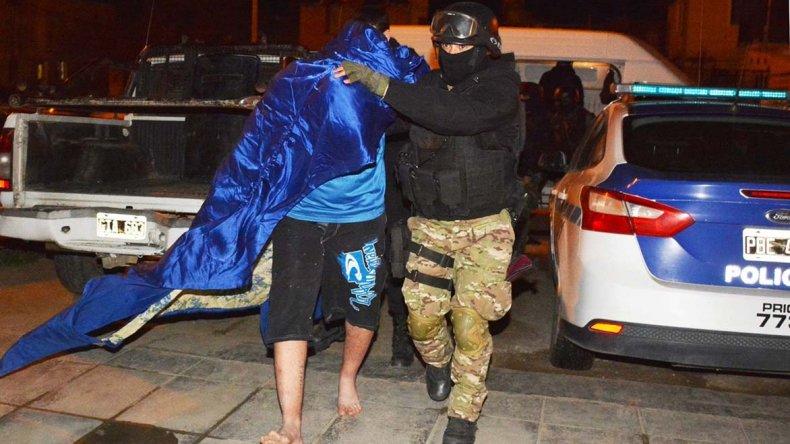 El acusado del alevoso intento de homicidio en ocasión de robo perpetrado en Pico Truncado fue detenido en Caleta Olivia. Su fisonomía ya había sido captada por cámaras de video de alta resolución y además su propia madre lo denunció ante la policía.