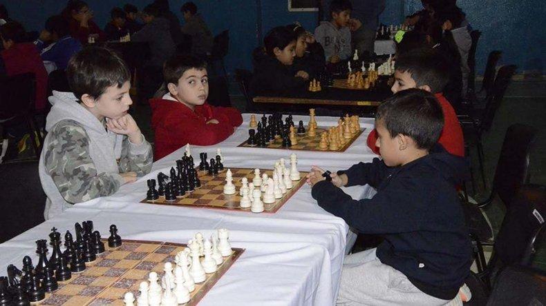 Los más chicos comienzan a sumar experiencia en los diferentes torneos de ajedrez.