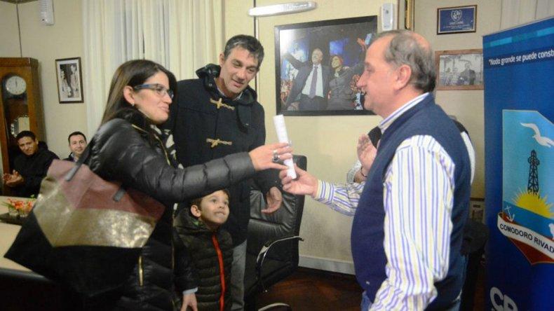 Carlos Linares entregó ayer lotes en el barrio Las Orquídeas.