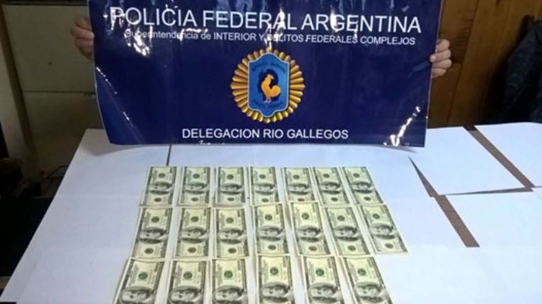 Al arbolito que fue detenido por la Policía Federal en Río Gallegos se le incautaron 2.000 dólares falsos.