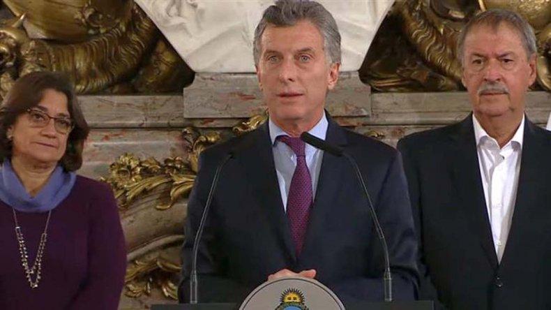 El Presidente estuvo flanqueado por la mayoría de los gobernadores provinciales.