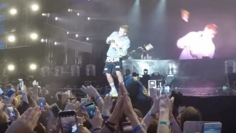 Justin Bieber se negó a cantar Despacito y le tiraron un botellazo