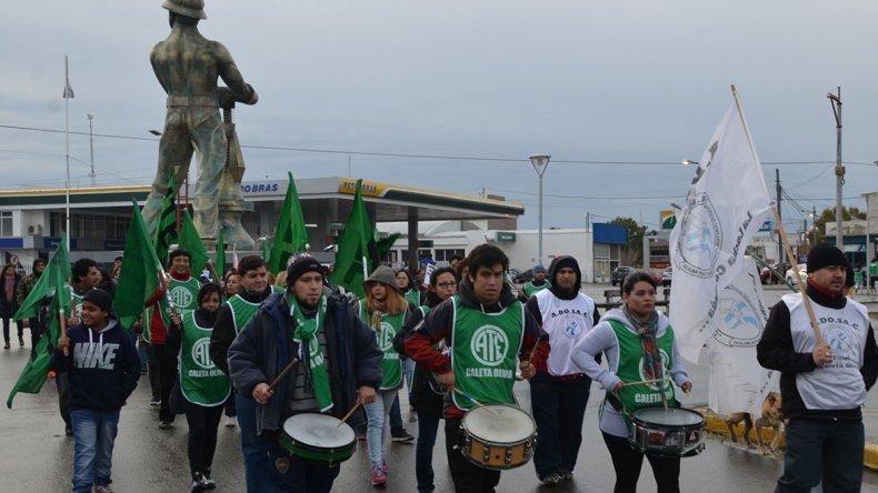 Afiliados a ATE y ADOSAC protagonizaron una marcha conjunta por calles céntricas