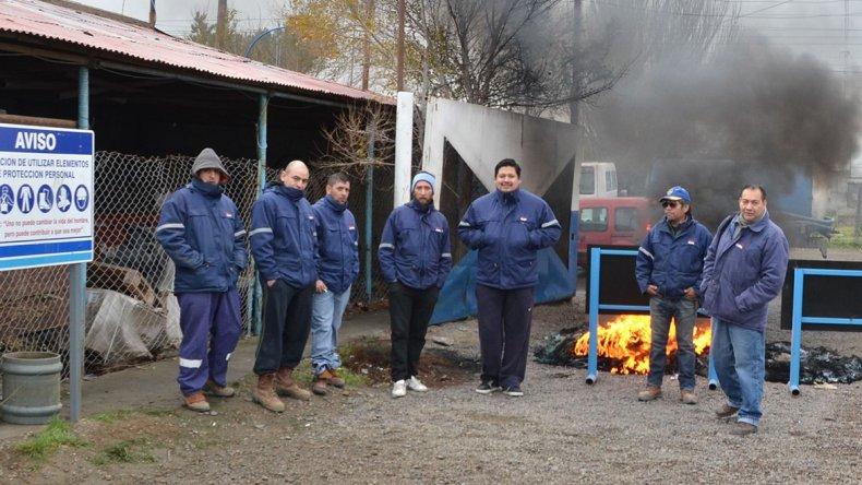 Operarios de Servicios Públicos llevan adelante un quite de colaboración en toda la provincia. En Caleta bloquearon accesos a sectores operativos.