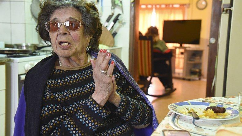 Adelina mientras almorzaba ayer recibió a El Patagónico en la intimidad de su casa