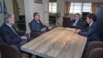 La reunión que el gobernador mantuvo con directivos de Aluar, quienes comprometieron una inversión de más de 600 millones de dólares.