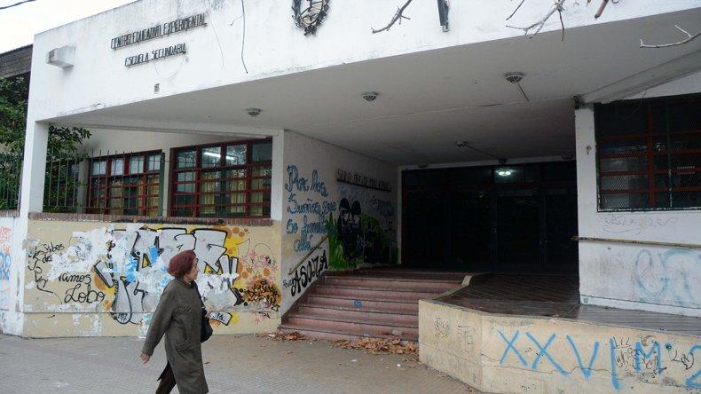 Denuncian a una directora de escuela por maltratar a alumnos.