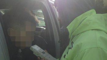 El momento en el que la Agencia de Seguridad Vial Provincial comprobaba que el conductor del Peugeot 207 manejaba con 1,27 gramos de alcohol por litro de sangre.
