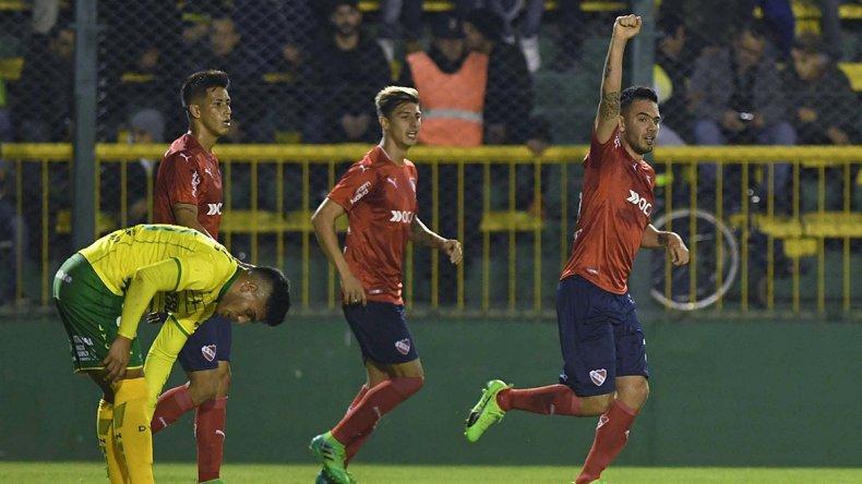 Nery Domínguez festeja el empate parcial con el puño en alto.