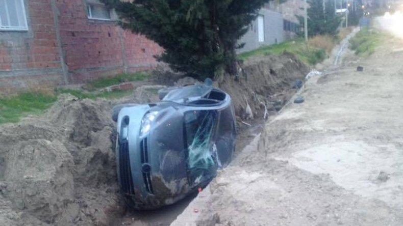 Derrapó y volcó sobre el camino Roque González