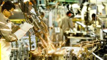 La industria volvió a caer en abril, tras haber registrado un alza del 0,4% en marzo.