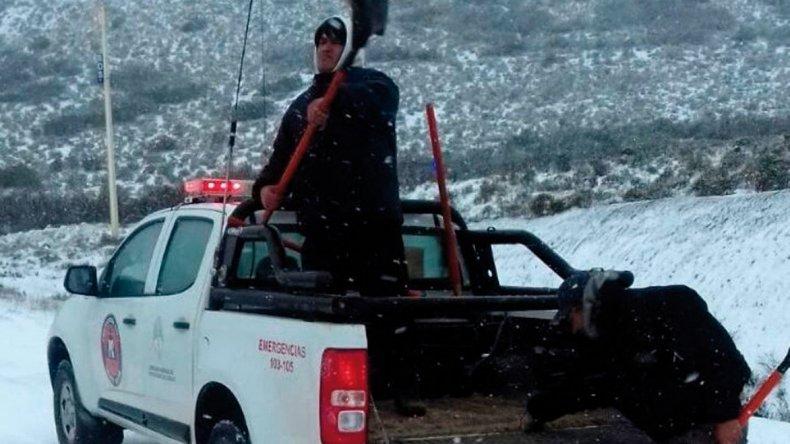 Personal de la Dirección de Protección Civil de Caleta Olivia arrojó sal industrial para derretir la escarcha acumulada en la zona del Cañadón Minerales