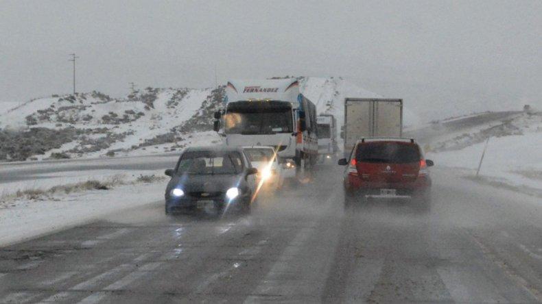 El tramo de la Ruta 3 que une Caleta Olivia con Comodoro Rivadavia se cubrió por varias horas con varios centímetros de nieve y la circulación se volvió más peligrosa.