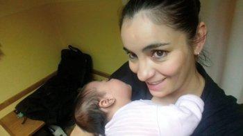 Mónica Quijón con la beba en sus brazos.