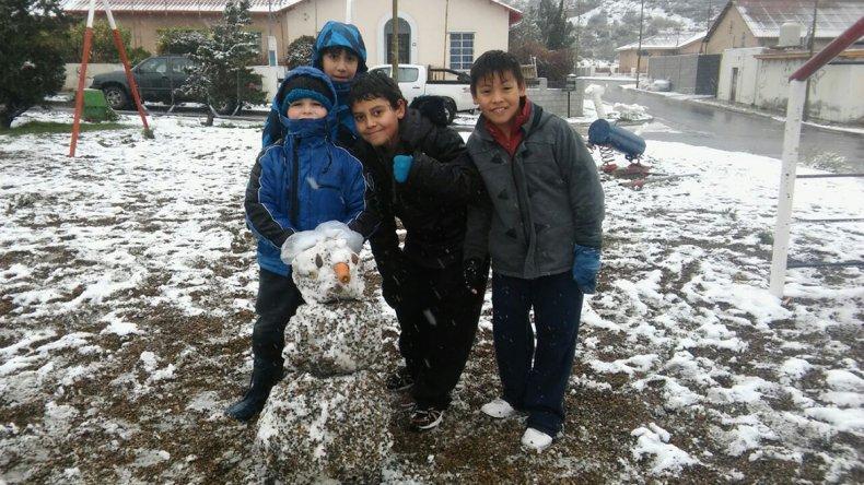En Diadema los chicos se divirtieron con los clásicos muñecos de nieve.