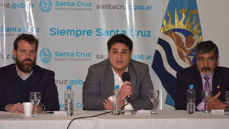 Martín Chávez expuso en el acto de presentación del programa. En la mesa estuvo acompañado -entre otros- por Patricio Henderson (izquierda)
