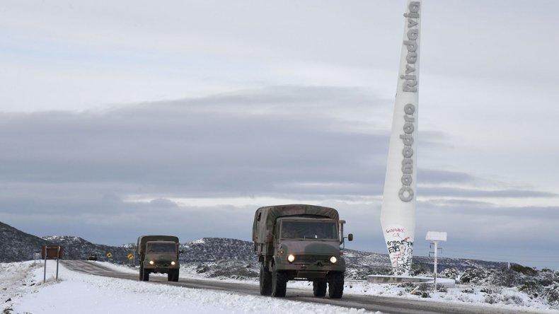 Camiones del Ejército transitando ayer con precaución por la Ruta 26. Hoy se evaluará si las rutas serán reabiertas para todo tipo de vehículos.
