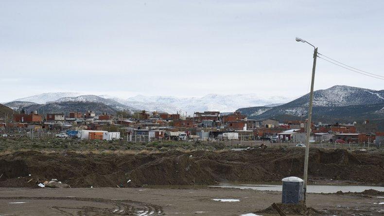 Los cerros pintados de blanco y calles complicadas por el barro era el panorama que mostraba ayer la periferia de Comodoro Rivadavia.