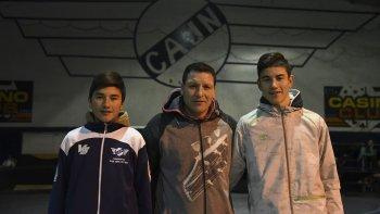 Daniel Encinas junto a sus dos hijos que están en Jorge Newbery, Ramiro y Tomás.