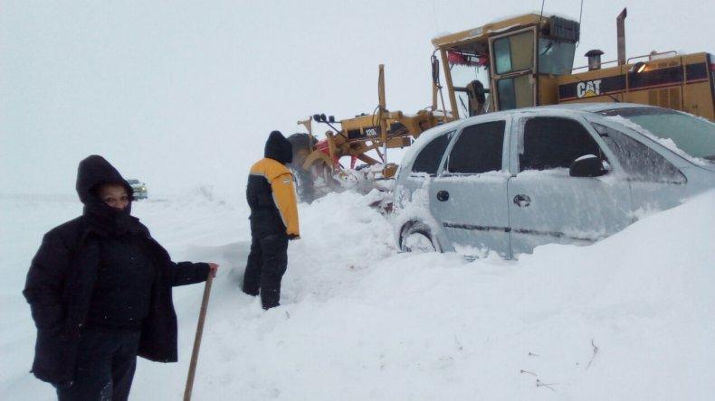 Defensa Civil asistió a colectivos y vehículos que habían quedado varados