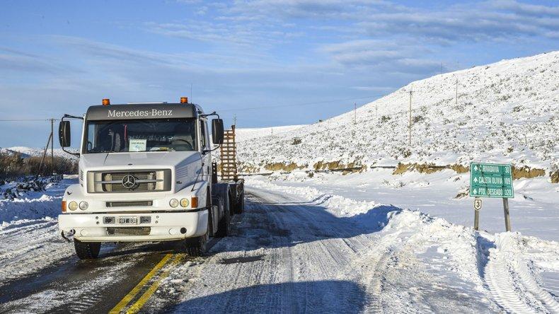 La abundante presencia de hielo sobre la calzada de la Ruta 3 camino a Trelew.