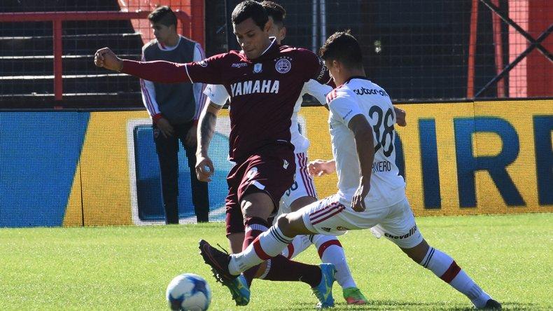 José Sand intenta escapar a la marca d Braian Rivero