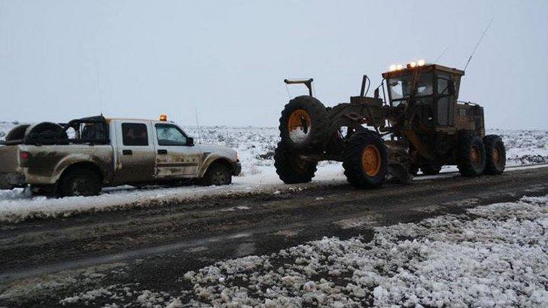 Máquinas viales trabajan entre Paso de Indios y Lago Puelo