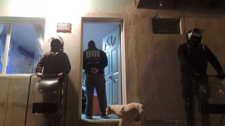 Uno de los operativos se realizó en una casa ubicada en la calle Azcuénaga del barrio Miramar.