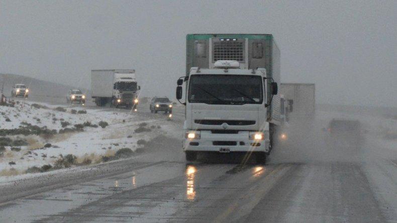 Las rutas de Santa Cruz siguen cubiertas de escarcha y se pronostica que las condiciones climáticas no mejorarán esta semana.