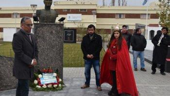 Soloaga, su secretario General, Javier Carrizo, y la soberana Florencia Choqui depositaron una ofrenda floral al pie del busto de Manuel Belgrano.