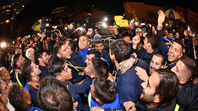 Jugadores e hinchas festejando anoche en Bahía Blanca.