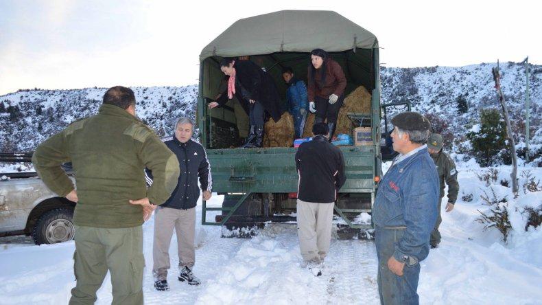 El gobierno provincial ayer llegó con asistencia alimentaria a 13 localidades de la cordillera.