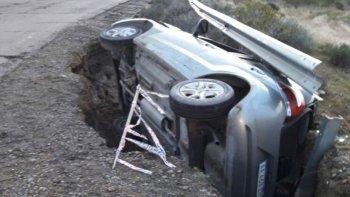 El auto quedó atrapado y seriamente dañado en profunda zanja de La Calera que constantemente se va agigantando por las lluvias, sin que Vialidad Nacional se ocupe de taparla.