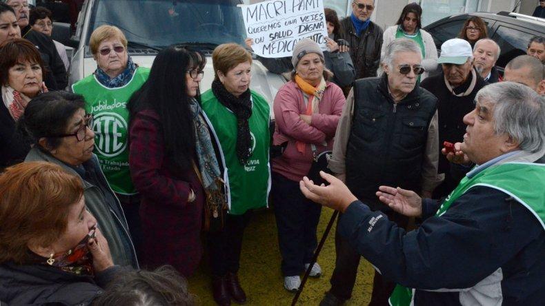 El grupo que protagonizó la protesta frente a la delegación local de PAMI estuvo liderado por el referente de los jubilados de ATE