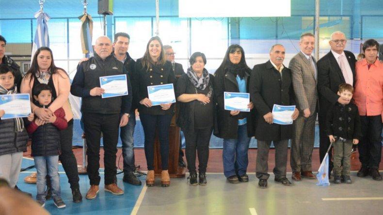 Durante el acto se entregaron reconocimientos a integrantes del Sindicato de Petroleros Jerárquicos y otras organizaciones que colaboraron con la comunidad sarmientina durante el temporal de lluvia de fines de marzo y comienzos de abril.