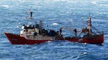 un buque con buzos tratara de llegar al repunte