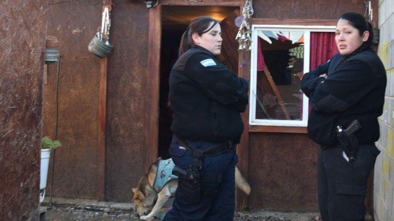 Personal de la Comisaría de la Mujer montó una consigna en el acceso a la vivienda de la vecina que fue brutalmente golpeada.