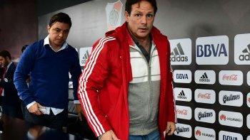 Marcelo Gallardo y el médico Pedro Hansing a la salida de la rueda de prensa, donde no dejaron ninguna certeza de lo acontecido en los casos de dóping.