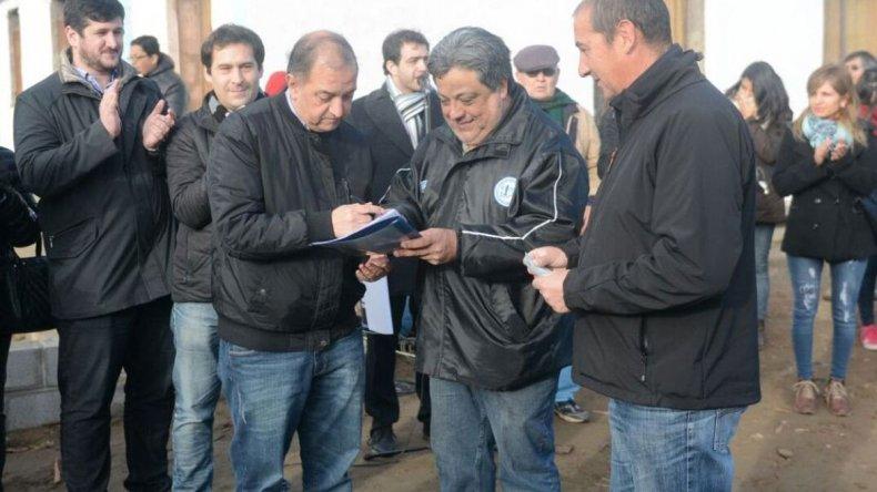 El intendente Carlos Linares entregó ayer 420.000 pesos para la construcción del futuro cuartel de bomberos de Laprida.