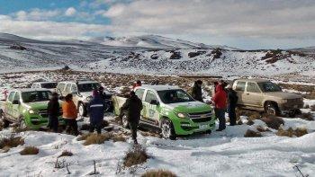 En El Molle y Cushamen rescataron a pobladores que estaban aislados por las nevadas.