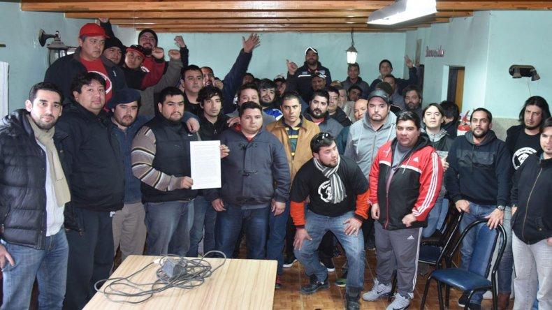 Referentes de agrupaciones petroleras que mantienen disidencias con la conducción gremial se reunieron ayer en Caleta Olivia.