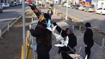 Antes del acto en la plazoleta del Gorosito, los docentes colocaron tendales en el bulevar de la avenida San Martín, de los cuales pendían miles de figuras de papel.