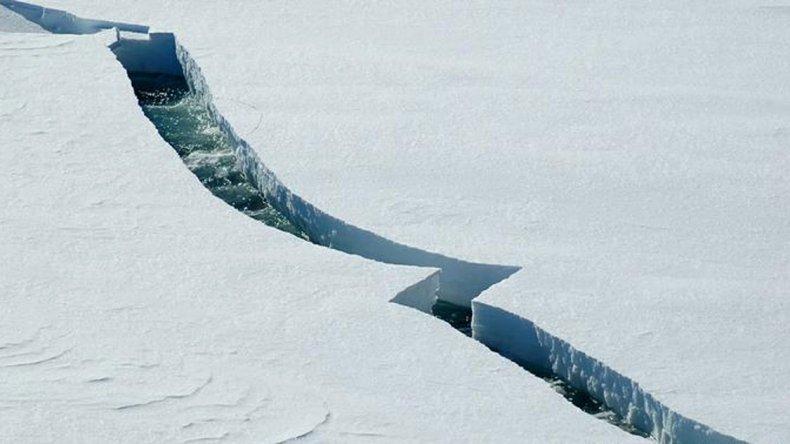 Una enorme grieta marca el futuro desprendimiento de un iceberg en la Antártida.