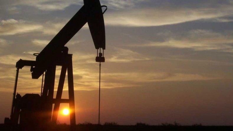 El precio del petróleo es uno de los factores que propicia el endeudamiento.