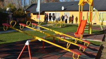 Los juegos infantiles con parquización y sistema de riego en el Jardín N° 12 de Cañadón Seco, fueron inaugurados el viernes. El acto estuvo enmarcado en los festejos alusivos al nuevo aniversario de la localidad.
