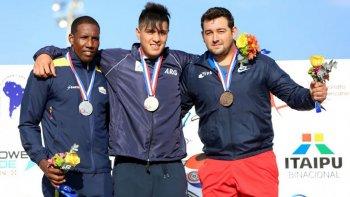 Braian Toledo -centro- fue medalla dorada en Paraguay, donde Argentina volvió a ser potencia en atletismo a nivel sudamericano.